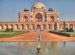Fountain at the centre of the Charbagh, surrounding Humayun's Tomb.jpg