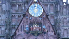 Fichier:Frauenkirche Nuremberg mechanical clock.ogv