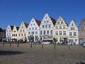 Marktplatz-Westseite. Die Häuser in der Mitte sind Edamerhaus, Apotheke, am Markt 20 und Mühlenhaus.