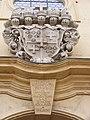 Fulda - Heilig-Geist-Kirche - Wappenrelief und Inschrift über dem Eingang.JPG