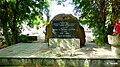 Głaz pamiątkowy z tablicą umieszczony na schodkowym podeście. W mogile spoczywają szczątki 369 ofiar terroru hitlerowskiego z Nakła i okolic zamordowanych przez Selbstschutz i niemiecką żandarmerię wojs - panoramio.jpg