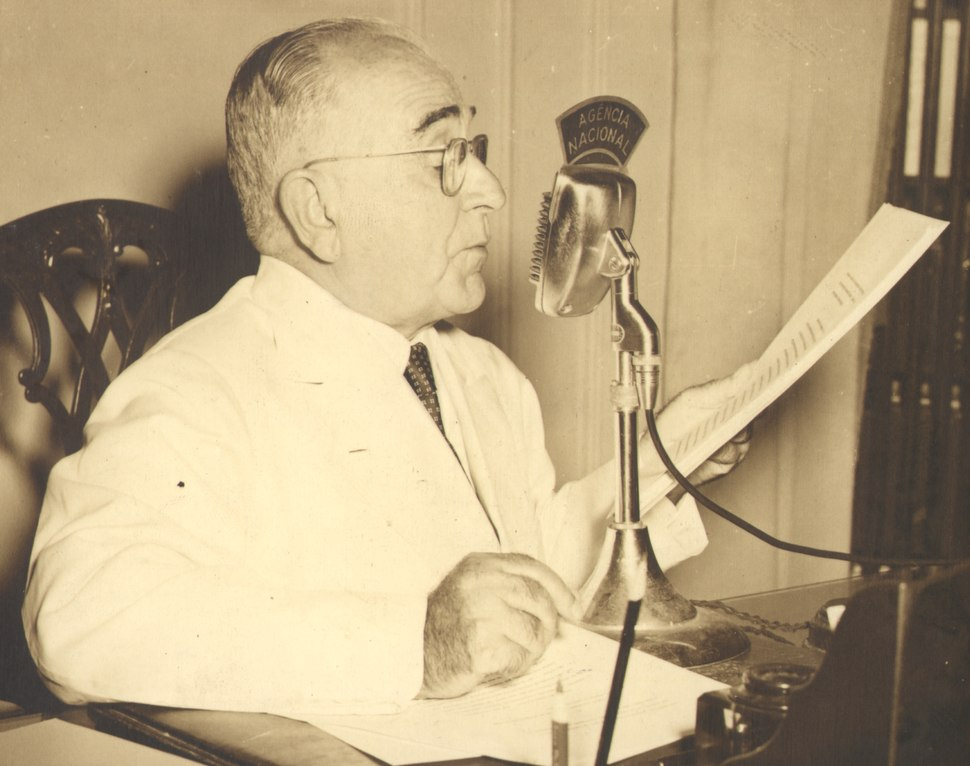 Getúlio Vargas faz discurso pelo rádio