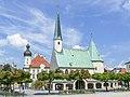 Gnadenkapelle mit Rathaus.jpg