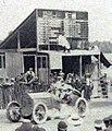 Grand Prix de l'ACF 1906, Burton sur Mercedes devant le tableau d'affichage.jpg