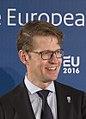 Handshake minister Sander Dekker (24560314061) (cropped).jpg