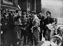 Hitler, Göring und Hess beim Staatsbegräbnis für  Maikowski und Zauritz am 5. Februar 1933, Robert Sennecke [Public domain], via Wikimedia Commons