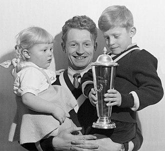Hjalmar Andersen - Andersen with children in 1952