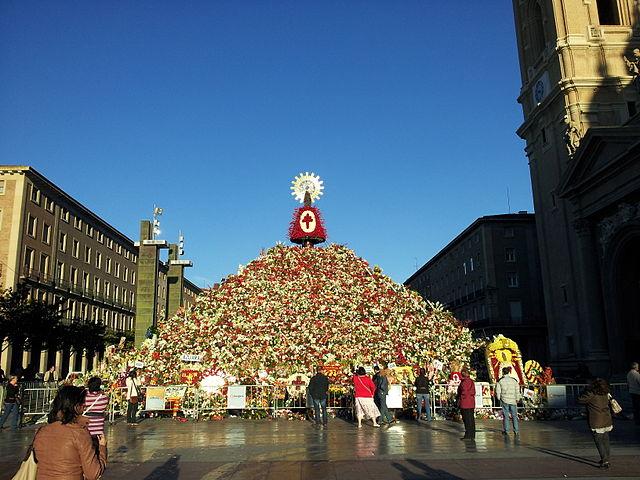 https://upload.wikimedia.org/wikipedia/commons/thumb/1/13/Iglesia_Magistral_de_Nuestra_Se%C3%B1ora_del_Pilar_2012-10-15_21-43-12.jpg/640px-Iglesia_Magistral_de_Nuestra_Se%C3%B1ora_del_Pilar_2012-10-15_21-43-12.jpg