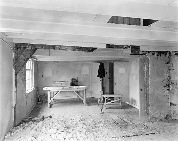 File interieur woonkamer in vervallen staat aerdenhout for Interieur 605