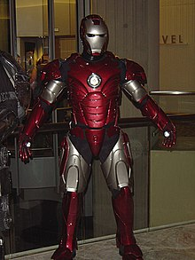 un cosplay de iron man de la armadura centinela de plata en el comic