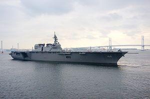 JS Izumo - Image: Izumo vertrekt uit Yokohama voor deelname aan de vlootschouw 2015, 18 oktober 2015 a
