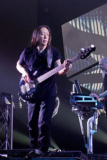 John Myung dengan Dream Theater di Madrid 2012 (Jordan Rudess pada background)
