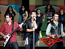Jonas Brothers participaron en la canción «Before The Storm».