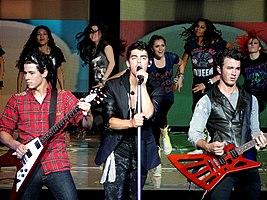 Jonas Brothers cântând în 2010 (de la stânga la dreapta: Nick, Joe, Kevin)