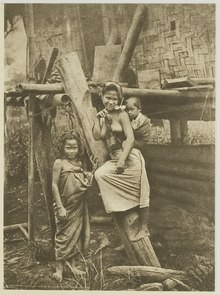 KITLV - 26889 - Kleingrothe, C.J. - Medan - Woman and two children in the Batak country - circa 1900.tif