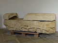 Kartause Mauerbach - Römischer Sarkophag mit Deckel.jpg