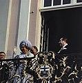 Koningin Juliana en prins Bernhard op het bordes van het stadhuis Bonn rechts O, Bestanddeelnr 254-9003.jpg
