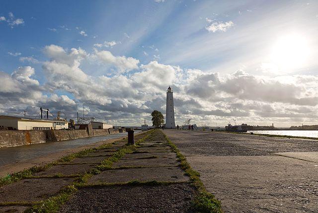 Mole mit hölzernem Leuchtturm, links der Peterkanal