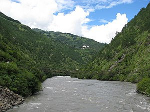 Lhuntse District - Image: Kuri Chi river flowing below the Lhuentse Dzong