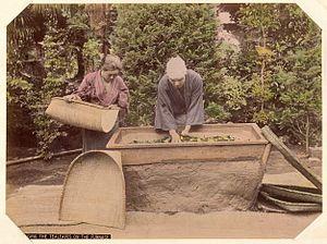 Kusakabe Kimbei - Image: Kusakabe Kimbei 395 Wringing the Tealeaves on the Furnace