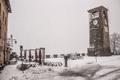 L'inverno veste di bianco la piazza della dama a Castelvetro.png