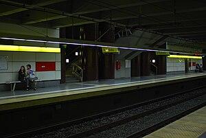 Inclán (Buenos Aires Underground) - Image: Línea H, andén y escalera de la estación Inclán (Buenos Aires, noviembre 2008)