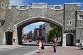 La porte Sainte-Jean et rue Saint-Jean depuis place d'Youville, Québec.jpg