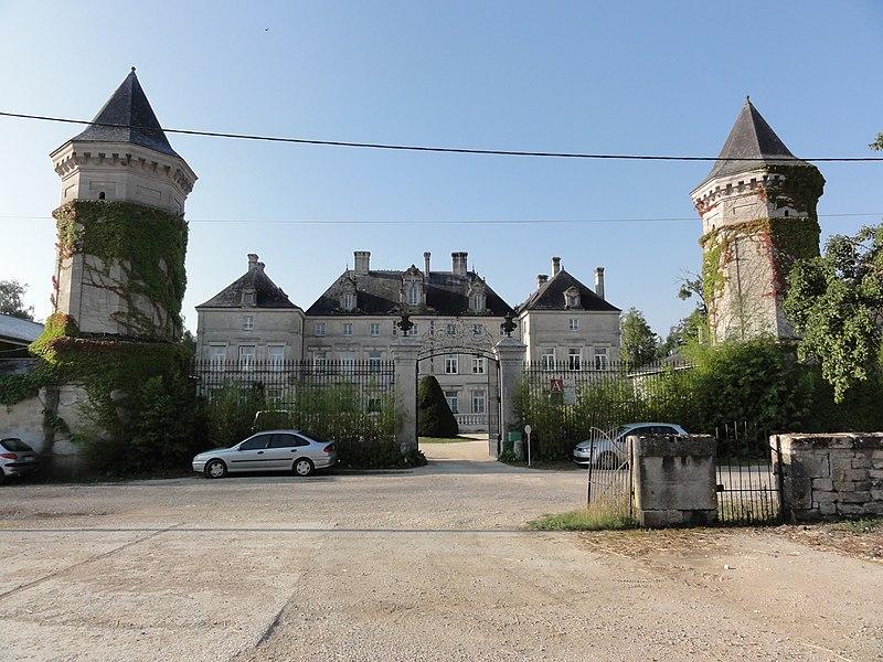 Les Monthairons (Meuse) château des Monthairons avec les deux tours pigeonniers