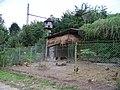 Libčice nad Vltavou, Pod Nádražím 341, dvorek se slepicemi a holubníkem.jpg