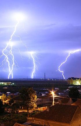 住宅近くの雷