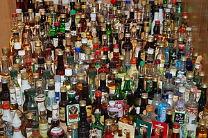English: several liquor bottles Deutsch: einig...