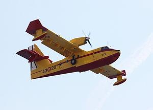 Loeschflugzeug uber einer Bucht in Mallorca.jpg