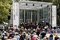Luisteren naar mooie muziek tijdens het Nationaal Concert 2011 (5832167126) (2).jpg
