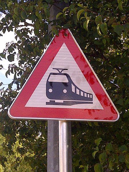 """Verkéiersschëld A,26 """"Passage à niveau sans barrières"""" aus dem lëtzebuerger Code de la Route."""