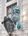 München, Residenz, Bronzelöwe 03, Fortitudo - DIFFRACTAS LONGE REMITTIT.jpg