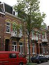 foto van Drie eclectische middenstandswoningen met elementen van Art Nouveau, gesitueerd in de gesloten wand van de Glacisweg.