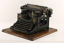 Schreibmaschine Urania der Firma Clemens Müller (Quelle: Wikimedia)