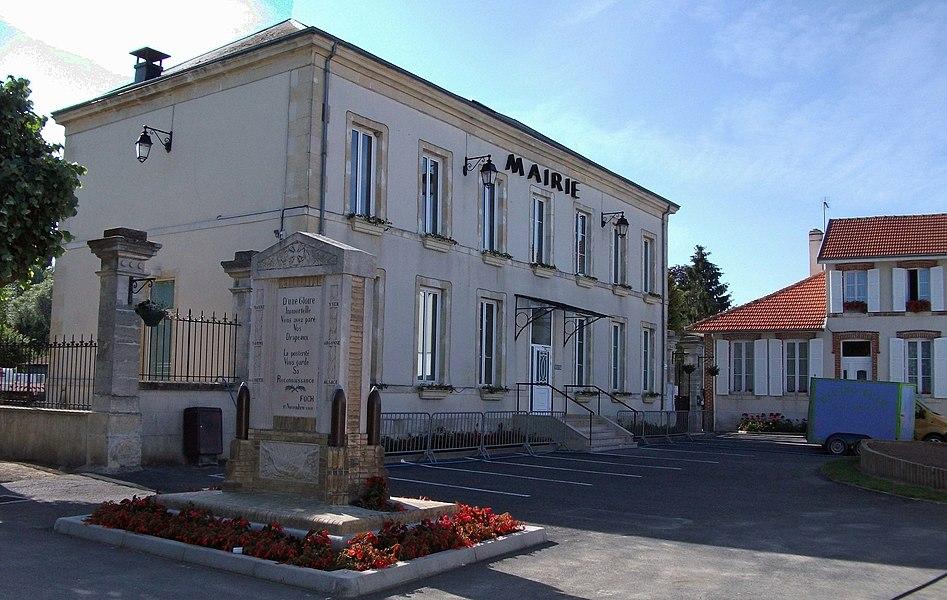 La mairie et le monument aux morts.