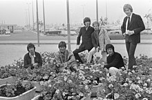 Manfred Mann together with Dave Berry, 1967. (L-R): Tom McGuinness, Dave Berry, Klaus Voormann, Mike Hugg, Manfred Mann and Mike d'Abo