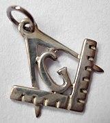 Циркуль — это масонский символ, который появляется на ювелирных изделиях, таких как этот кулон.