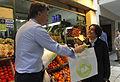 Mauricio Macri repartió bolsas verdes a clientes de supermercados en Palermo (8074721221).jpg