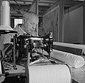 Medewerker bezig met het naaien van het linnen voor de kaarten, Bestanddeelnr 254-5226.jpg