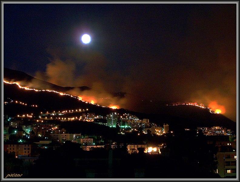File:Monte Fasce e Monte moro in fiamme^ - panoramio.jpg