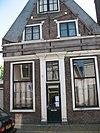 foto van Pand met halsgevel, pui intact, bogen boven de vensters