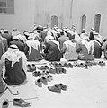 Nazareth Biddende moslimmannen bij een gebouw, vermoedelijk een moskee, Bestanddeelnr 255-3279.jpg