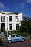 Neoclassicistisch huis met stoep. Vormt een geheel met het buurnummer 11