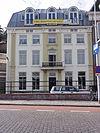 foto van Gepleisterd herenhuis met twee verdiepingen en schilddak