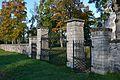 Nissi kirikuaia piirdemüür väravaga.jpg