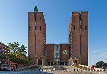 https://upload.wikimedia.org/wikipedia/commons/thumb/1/13/Oslo_ratusz_wej%C5%9Bcie_g%C5%82%C3%B3wne.jpg/220px-Oslo_ratusz_wej%C5%9Bcie_g%C5%82%C3%B3wne.jpg