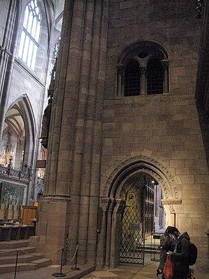 Ostwand des Südquerhauses des Freiburger Münsters mit Eingang zum Chorumgang und den Chorkapellen, 2.jpg